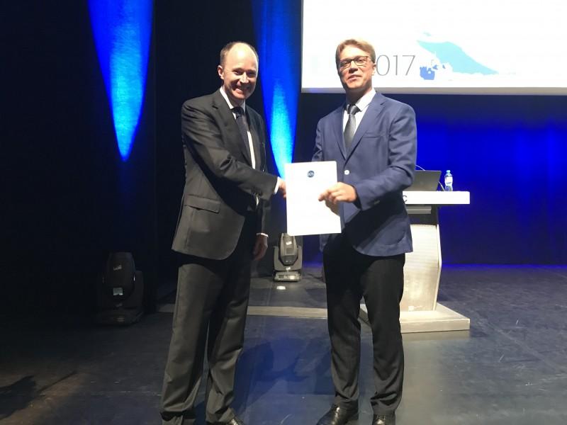Europos Ortodontijos žurnalo vyriausiasis redaktorius  David Rice sveikina 2016 metų geriausio straipsnio autorių Mantą Šidlauską